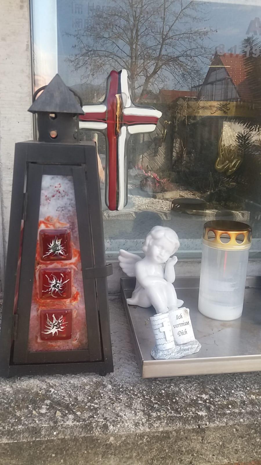 Grablaterne Grabkreuz